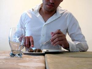 Тарелка на стыке столов