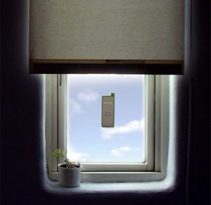 Телефон, прилипший к окну
